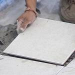 Comment réparer un carreau de sol qui bouge?