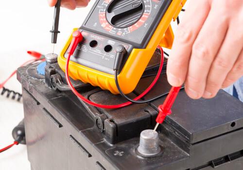 Diagnostic d'une batterie de voiture avec un multimètre