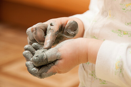 Enfant-jouant-avec-argile