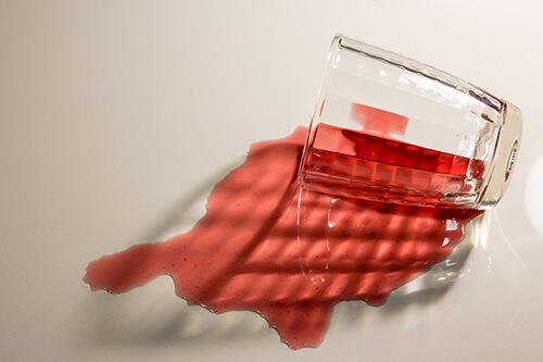 Liquide-rouge-renversé