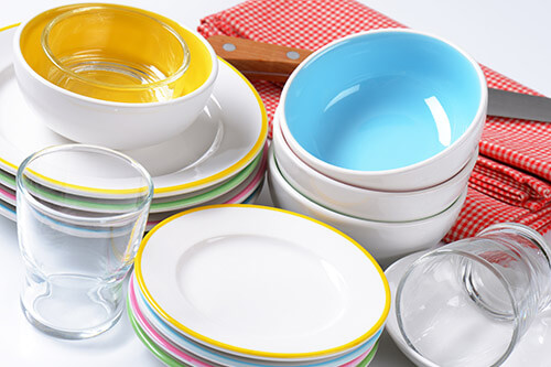 Pile-de-vaisselle-et-couverts