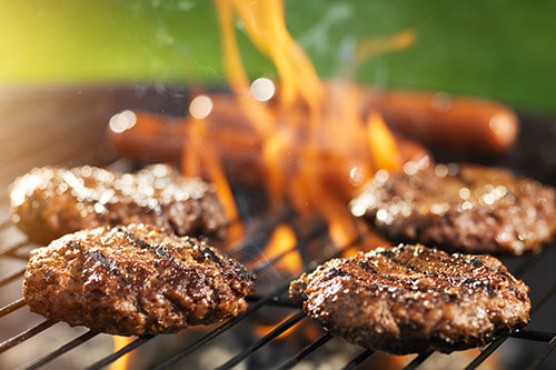 Steaks-sur-un-barbecue
